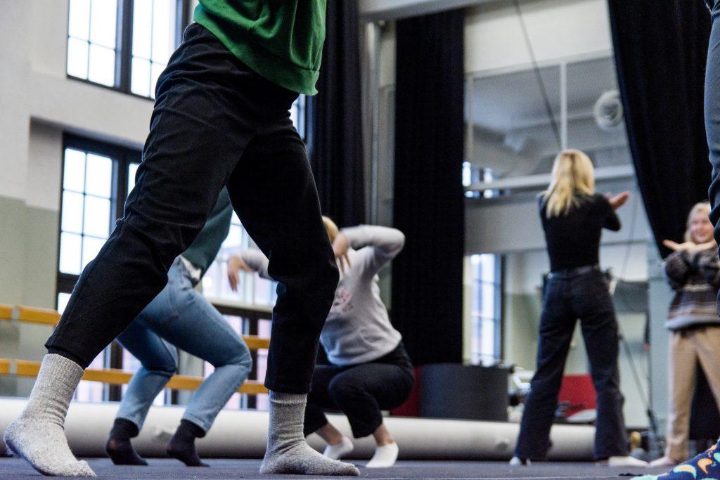 Nuoret tekevät harjoituksia vertaiskoulutuksessa